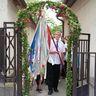 17 - Végvári László az iskola zászlajával vezette a ballagókat.jpg