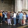 06 - Szombaton délelõtt gyülekezõ a parlament elõtt.jpg