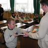 08 - Nieder Bálint is átvette az oklevelet, és az értékes könyvet.jpg