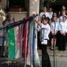 06 - Az iskola zászlajára Boda Alexandra kötötte fel az emlékezés szalagját.jpg
