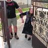 01 - Segítséggel ugyan, de a kapuig kísérte Mari néni a köszöntõket.jpg