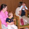 03 - A mamák érdeklõdve hallgatták a védõnõ tájékoztatóját.jpg