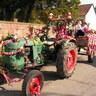 07 - A német hagyományokra utalva a Stieb család barátaikkal egy traktort díszítettek fel szõlõfürtökkel és szalagokkal.jpg