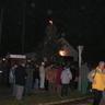 11 - Az óvodások mûsorát hallgatják a község lakói a falu karácsonyfája alatt.jpg