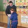 04 - Tóth Julcsi 2. osztályos tanuló elsõ helyezettként kis meglepetést is kapott ajándékba.jpg
