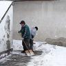 03 - Az iskola dolgozói a belsõ járdákat tisztítják.jpg