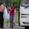 16 - Érkezés busszal, öltözködés a szabadban.jpg