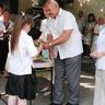 06 - A csibráki Német Kisebbségi Önkormányzat vezetõje Mohai Viktor könyjutalmakat adott át a német órákon jól teljesítõ tanulóknak.jpg