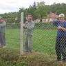 04 - Feszesre húzzák a 100 méter dróthálót, hogy az még évekig szolgálja az Egyesületet.jpg