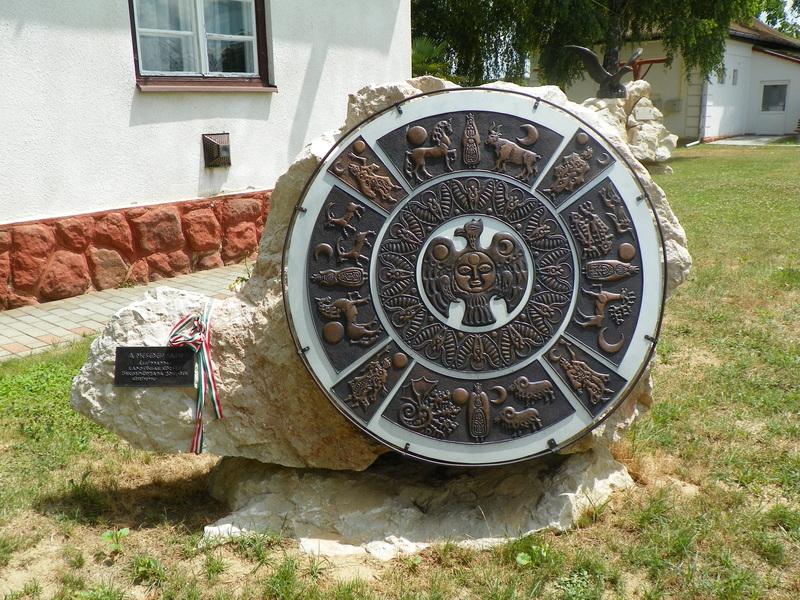 A Mesebeli Falu elnevezésű rézdombormű