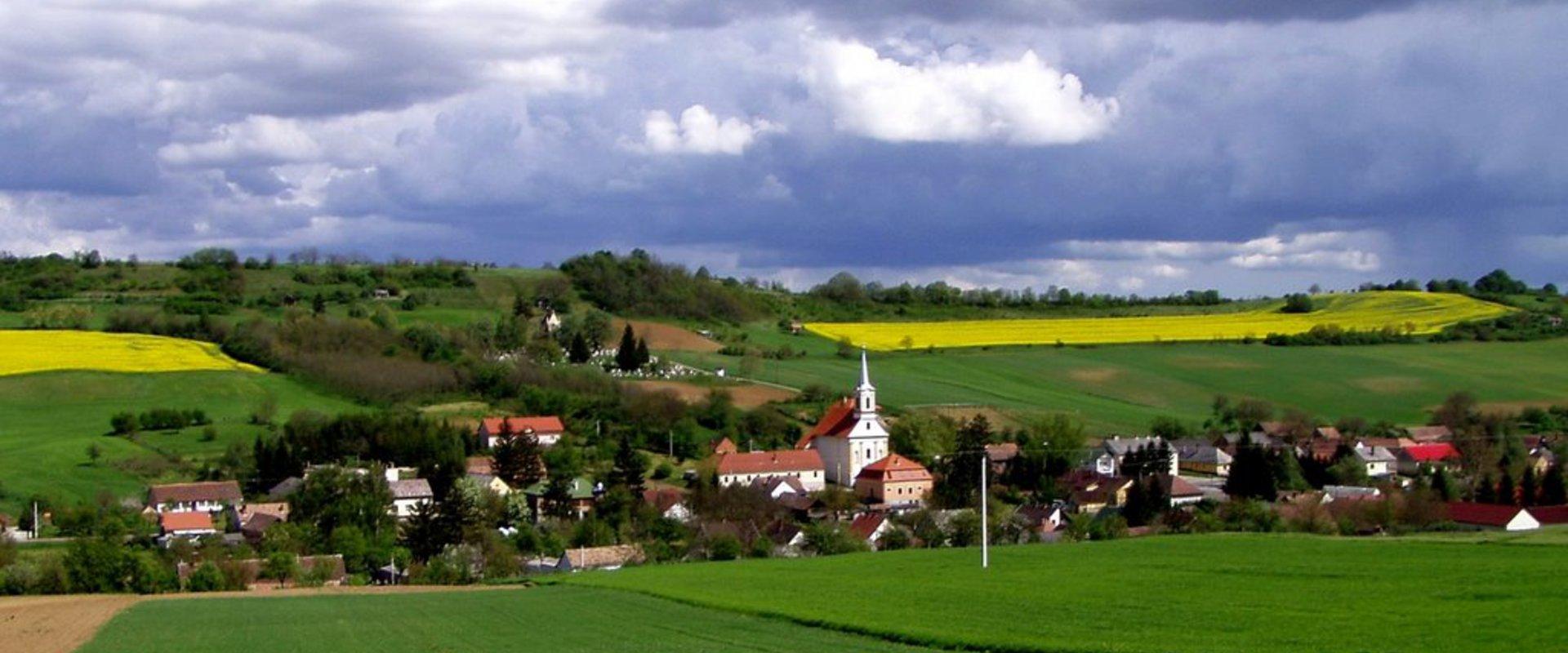 Gödre - Dombok között fekszik, vendégváró kis falunk.