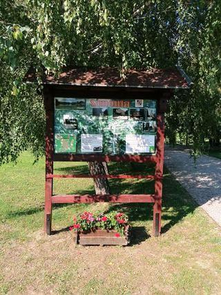 Információs tábla az emlékparknál